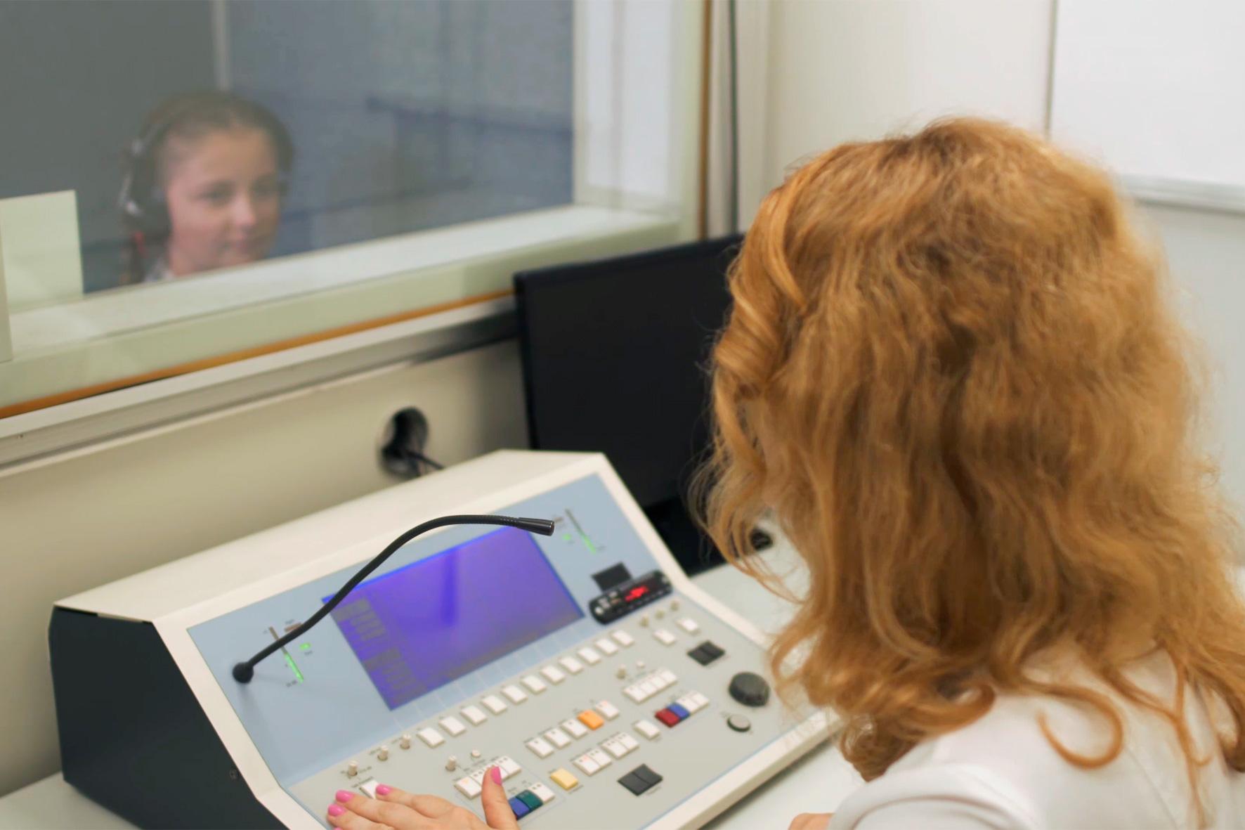 обстеження слуху у дитини